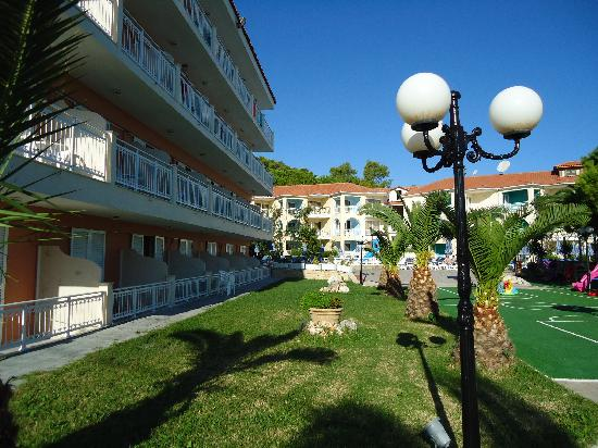‪‪Tsilivi Beach Hotel‬: View of the grounds‬