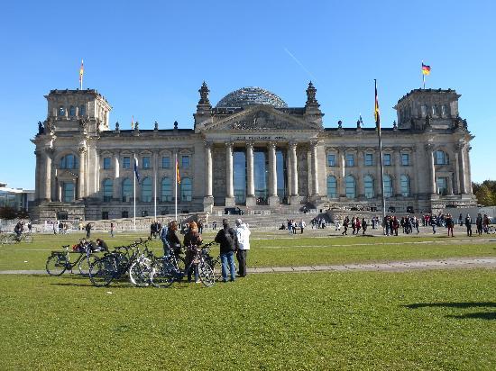 Berlin Bike Tour: Vor dem Bundestag im Reichestag
