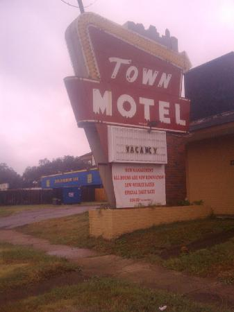 Town Motel: Up close to the sign- note the neon is missing
