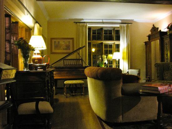 Old Monterey Inn: The guest living room