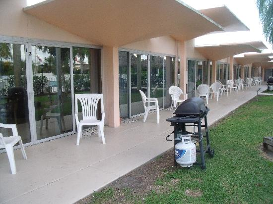 Warm Mineral Springs Motel: Rooms, Grill, sliding glass doors