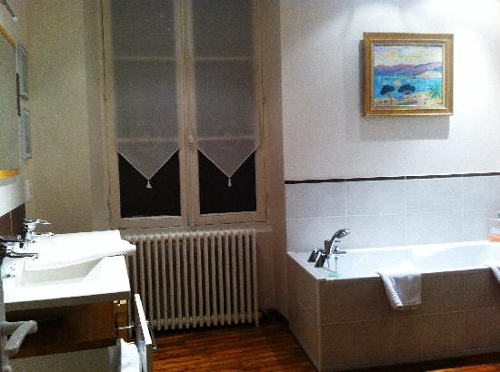 Hotel Au Charme Rabelaisien: Double sink and tub