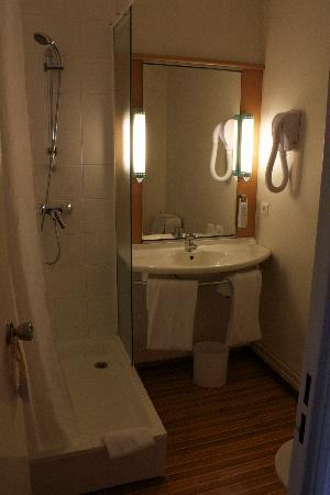 Ibis Blois Centre Chateau : ... large bathroom ...