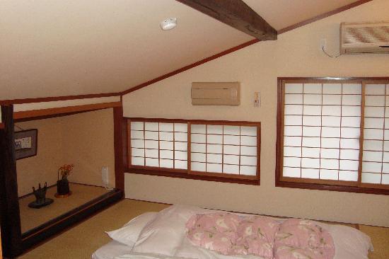 Yuka Sanzoan: 屋根裏のために部屋の天井が斜め