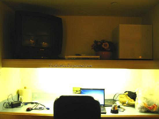 Woodcrest Hotel: the working station and TV
