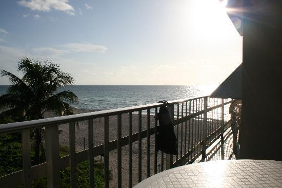 Days Hotel - Thunderbird Beach Resort: Balcony in am