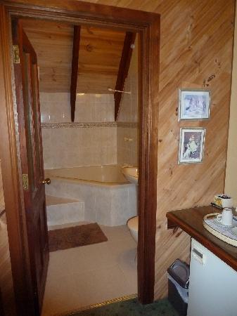"""Mt Tamborine Stonehaven Guest House: """"Balmoral"""" ensuite"""
