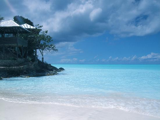 COCOS Hotel Antigua: Vue depuis la plage sur le restaurant