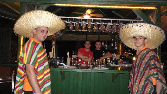 Delphin Palace Hotel: Equipe de serveurs au bar