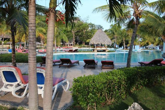Paradisus Rio de Oro Resort & Spa: The pool area (early morning)
