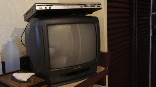 La Cafe Royale: テレビに乗せてある不安定なDVDプレーヤー