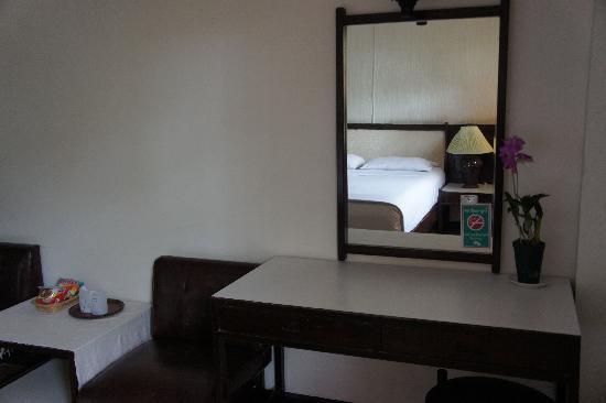Chang Puak Hotel: デスク&ベッド