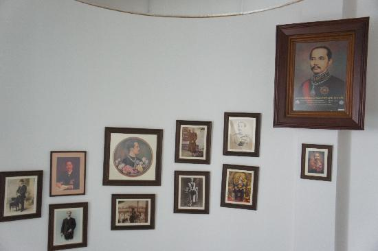 Chang Puak Hotel: 階段の途中に飾ってある肖像画
