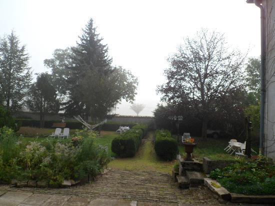Le Clos Domremy : La casa tiene un jardin bien lindo