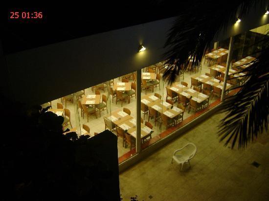 Americana Hotel: Вид с лоджии нашего номера 301 на вечерний зал