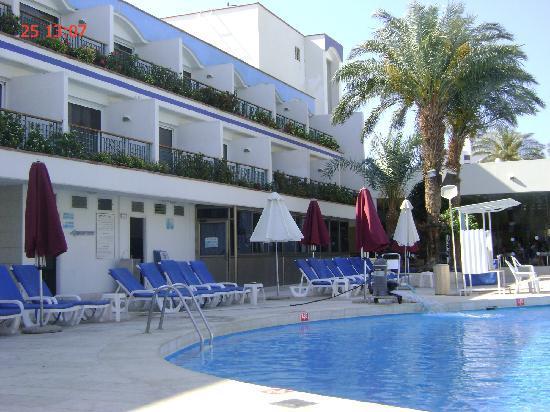 Americana Hotel : Вид нашего отеля, наш номер на 3 этаже напротив пальмы