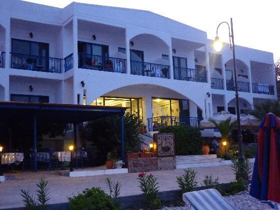 Hotel Eleni Beach: Front of hotel