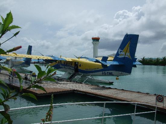 Vakarufalhi Island Resort : Propellor plane