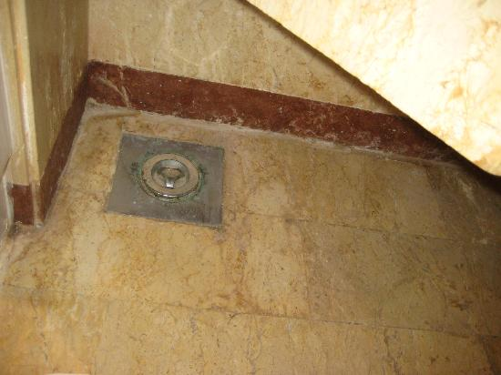 Movenpick Resort Hurghada: Sous le lavabo