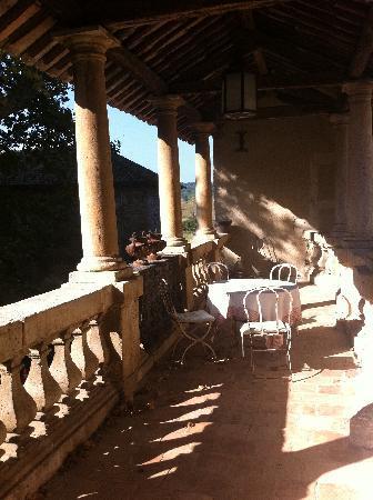 Chateau Beaupre Deleuze: Terrasse - cour intérieure