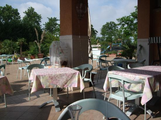 Country House Country Club: Hotel outdoor dining area