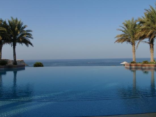 Shangri-La Al Husn Resort & Spa: Swimming pool with a view...