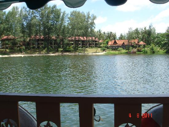 ดุสิตธานี ลากูน่า รีสอร์ท: The rear of the Dusit from the Lagoon shuttle