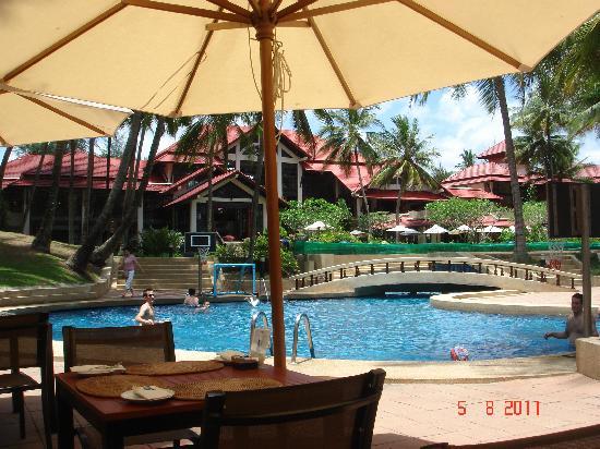 ดุสิตธานี ลากูน่า รีสอร์ท: The communal pool from the pool bar