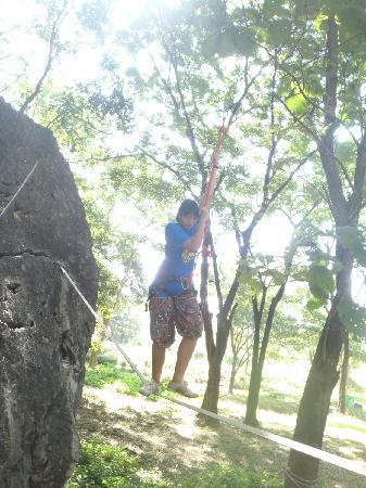 Boomerang Rock Climbing and Adventure Park: Walking on a line