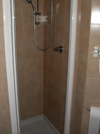 Hotel Astra: Dusche zwar nur 70x70cm (!) groß (oder besser gesagt klein), aber doch ganz passabel nutzbar