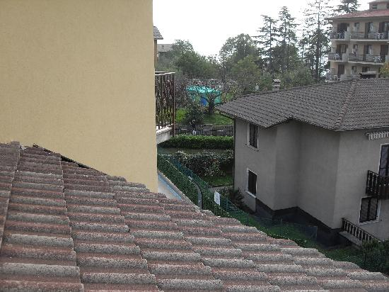 Hotel Astra: Blick vom Balkon auf das malerische Dorf Tignale