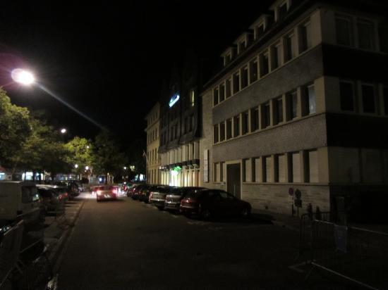 ibis Styles Honfleur: All Seasons - Straßenseite und Haupteingang