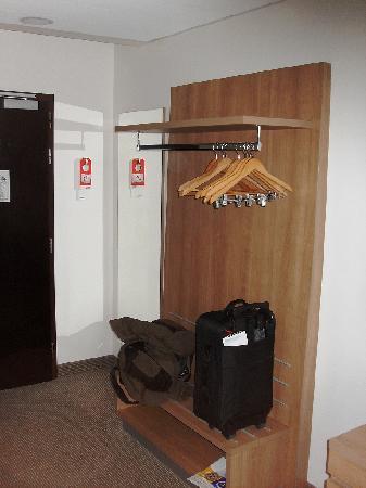 โรงแรมปาร์คอินน์ ปราก: Garderobe statt Schrank...