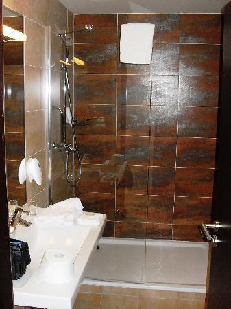 โรงแรมปาร์คอินน์ ปราก: das badezimmer ist elegant und geschmackvoll gestaltet