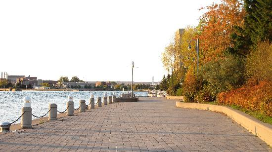 Delta Hotels by Marriott Sault Ste. Marie Waterfront: Wonderful boardwalk by the hotel.