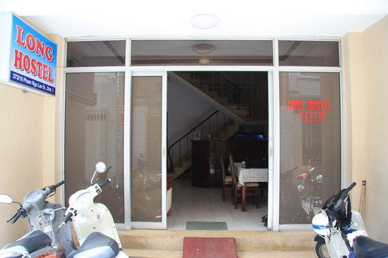 Long Hostel: L'entrée de l'hotel
