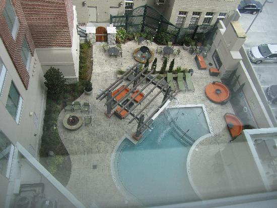 Hampton Inn & Suites Chattanooga / Downtown : View of the outdoor pool area from 6th floor suite