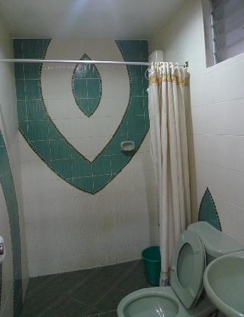 บาเลย์ อินาโท เพนชั่น: clean bathroom