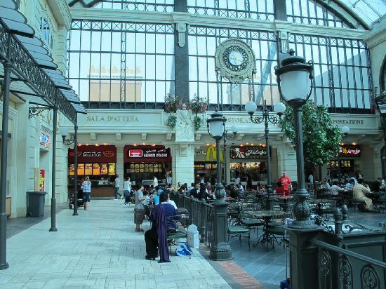 Mercato Shopping Mall: Un'immaginaria stazione ferroviaria italiana, primi del '900