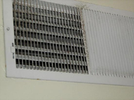 Dolphin Inn: Dirty air vents...this is what we had to breathe