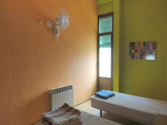 Paraiso Travellers Hostel: a sinistra 1 armadio a 2 ante e il lavandino