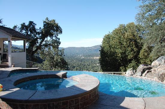 Oak Cottage Bed & Breakfast: Pool and view