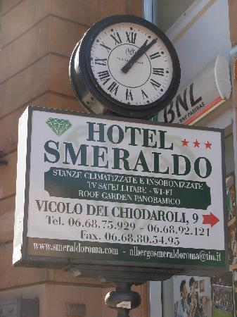 Hotel Smeraldo: sign from main street. some cabs will not go into neighborhood.