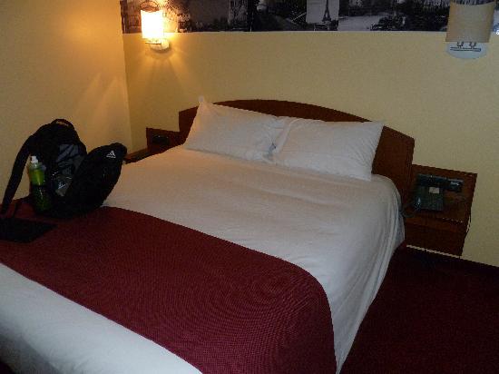 Hôtel l'Elysee Val d'Europe : Bed