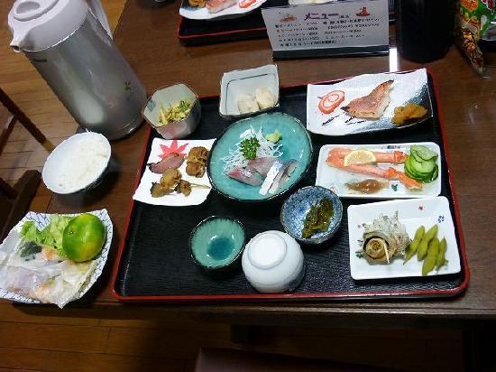 Senjuso: 夕食。これにお味噌汁が付きます。ご飯はジャーに出されてお代わり自由