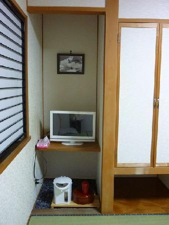 Senjuso: なぜか窪んだ所にTVとお茶セット