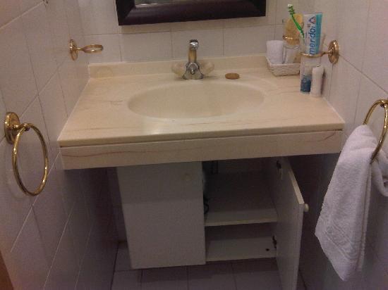 Hotel Residence CityZen: lavabo ( di fronte alla cucina)