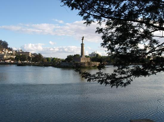 Tana-Jacaranda : Blick über den See