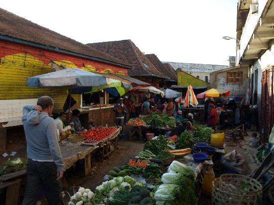 Tana-Jacaranda: Hinterhof Markt am Marktplatz