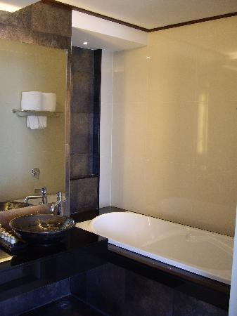 Cape Panwa Hotel: bathroom 1
